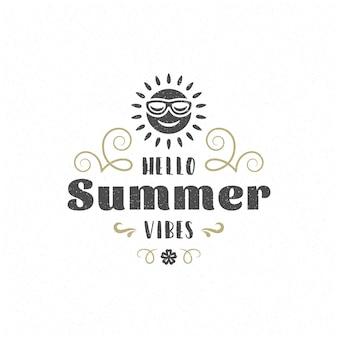 Летнюю цитату или поговорку можно использовать для футболки, кружки, поздравительной открытки, фото наложений, декоративных принтов и постеров. летние флюиды сообщение и векторная иллюстрация солнца.