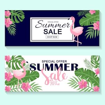 Летняя распродажа баннер, плакат с пальмовыми листьями, цветами, листьями джунглей и почерком. цветочный тропический летний фон. вектор