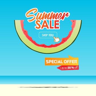 Летняя распродажа баннер шаблон дизайна. ломтик арбуза в плоском стиле. летняя распродажа типографии на море.