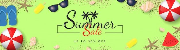Летняя распродажа баннер с шариками, очками, моллюском, мороженым, арбузом и песком на зеленом фоне