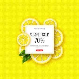 スライスしたレモンのピース、葉、点線のパターンを持つ夏のセールのバナー。黄色の背景-季節割引のテンプレート