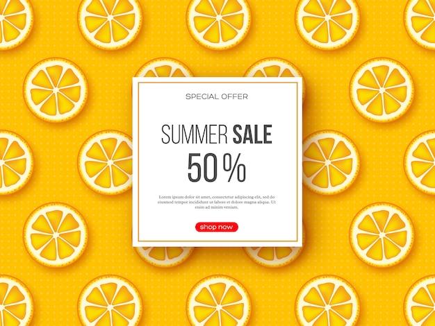 スライスされたオレンジ色の部分とドットパターンの夏のセールのバナー。黄色の背景-季節割引のテンプレート