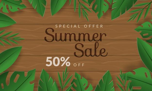 Летняя распродажа баннер с листьями тропика на фоне дерева