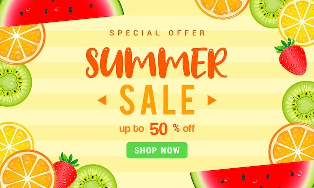 노란색 배경 dsign에 여름 판매 신선한 과일 조각 프레임