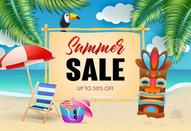 Летняя распродажа надписи, шезлонг и племенная маска на пляже