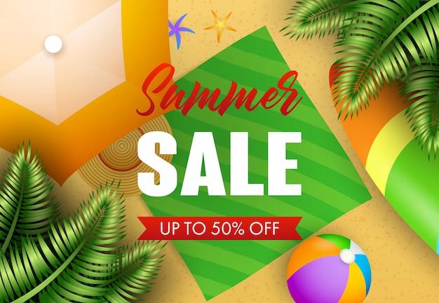 Iscrizione di vendita di estate con foglie tropicali, tappetino da spiaggia e palla
