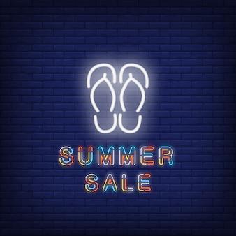 슬리퍼와 여름 판매 네온 텍스트입니다. 계절별 제안 또는 판매 광고