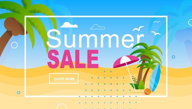 Рекламный баннер летних распродаж в рамке над мультяшным пляжем