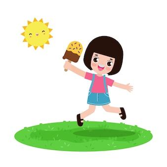 夏の時間アイスクリームを持ってジャンプするかわいい子供。