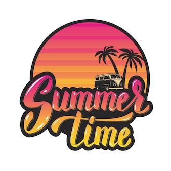 Летнее время. вечернее солнце и пальмы. рука надписи фраза. элемент для плаката, открытки. иллюстрации.