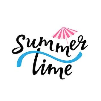 칵테일 우산으로 여름 시간 손으로 그린 글자. 티셔츠 디자인으로 사용할 수 있습니다.