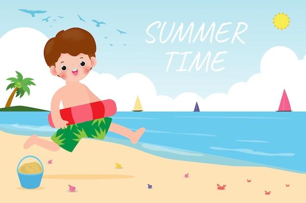여름 시간 팽창 식을 가진 바닷가 아이들에 팽창 식 장난감으로 수영 옷에있는 행복한 아이