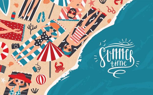 Летнее время горизонтальный рекламный баннер отдыха, отдыха, путешествий. модные молодые люди загорают на пляже. вид сверху. красочная иллюстрация в мультяшном стиле с буквами.