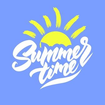 Летнее время логотип с солнцем на синем фоне.