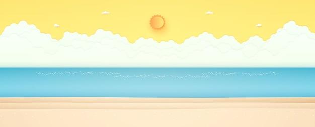 Летнее время морской пейзаж, синее море с пляжем, ярким солнцем и оранжевым солнечным небом
