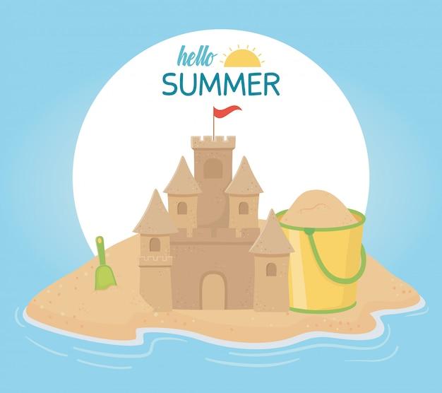 夏の旅行と休暇の砂の城のバケットシャベルビーチ