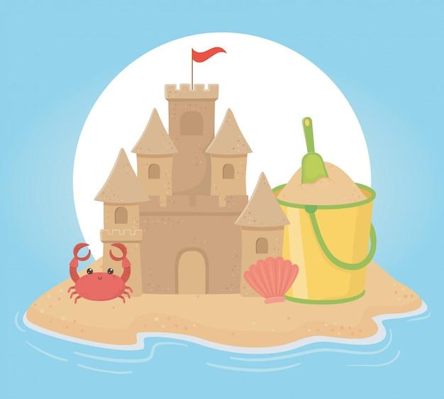 夏の旅行と休暇の砂の城のバケットシャベルカニとシェル