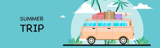 Летние каникулы серфинг автобус закат тропический пляж. путешествия и люди концепции в автомобиле минивэна на пляже.