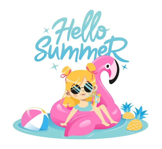 夏休みのコンセプト。ファッションの若い女の子は、カクテルを飲みながらプールでゴム製のピンクのフラミンゴで泳いでいます。グラマーサングラスのかわいい流行に敏感な女性キャラクター。