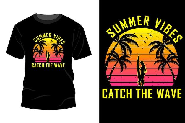 夏の雰囲気が波をキャッチtシャツモックアップデザインヴィンテージレトロ