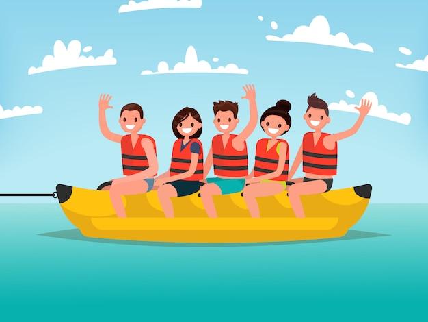 Летнее водное веселье. мужчины и женщины катаются на банановой лодке.