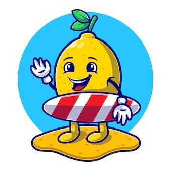 Лето с милым лимоном на пляже, держа в руках доску для серфинга