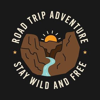 ロードトリップアドベンチャーとtシャツのデザインのワイルドで無料の碑文の中で川と山に昇る太陽