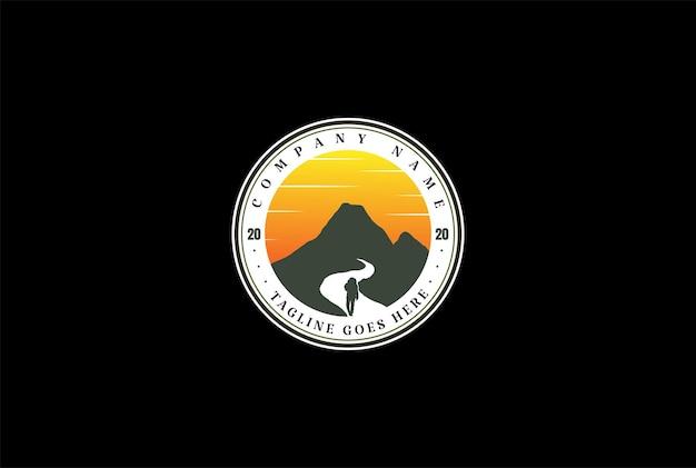 サンセットサンライズマウンテンハイキングクライマーアドベンチャースポーツクラブロゴデザインベクトル