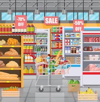 상품이 있는 슈퍼마켓 매장 인테리어입니다. 큰 쇼핑몰. 식료품 가게. 슈퍼마켓 내부. 음식으로 가득 찬 카트. 식료품, 음료, 과일, 유제품. 평면 스타일의 벡터 일러스트 레이 션