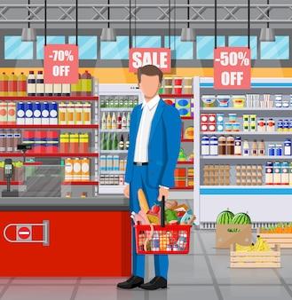 상품이 있는 슈퍼마켓 매장 인테리어입니다. 큰 쇼핑몰. 식료품 가게. 슈퍼마켓 내부. 바구니에 음식이 가득 찬 고객. 식료품, 음료, 과일, 유제품. 평면 벡터 일러스트 레이 션