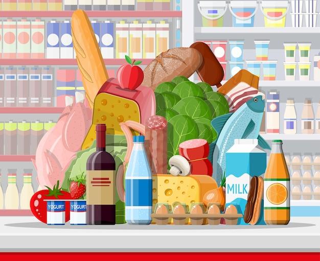 品物のあるスーパーマーケットの店内。大きなショッピングモール。中のインテリアストア。チェックアウトカウンター、食料品、飲み物、食品、果物、乳製品。フラットスタイルのベクトル図