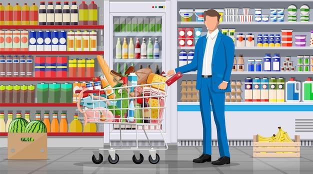 상품이 있는 슈퍼마켓 매장 인테리어입니다. 큰 쇼핑몰. 내부 인테리어 매장. 바구니에 음식이 가득 찬 고객. 식료품, 음료, 과일, 유제품. 평면 스타일의 벡터 일러스트 레이 션