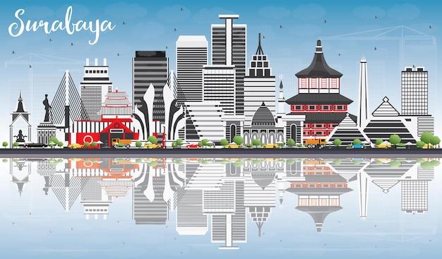 灰色の建物、青い空と反射のあるスラバヤのスカイライン。ベクトルイラスト。近代建築とビジネス旅行と観光の概念。プレゼンテーションバナープラカードとwebサイトの画像。