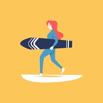 Серфер женщина мультипликационный персонаж, несущий доску для серфинга и иллюстрацию морской волны на желтом фоне. или элемент логотипа для водных экстремальных видов спорта.