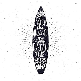 モノクロのビンテージスタイルのサーフィン関連の夏のタイポグラフィポスター。波をキャッチし、夏をキャッチ-サーフボード内のレタリング