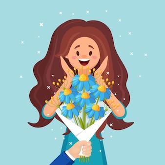 美しい花束で驚いた幸せな女性。手に贈り物のための花の束