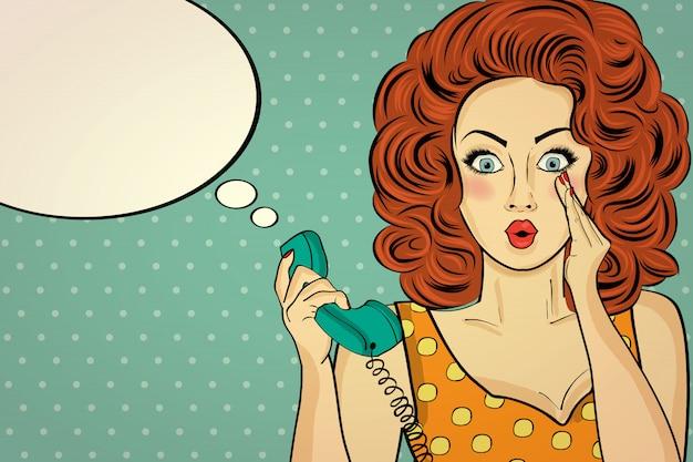 Удивленная поп-арт женщина с ретро-телефоном, которая рассказывает свои секреты. пин-девочка.
