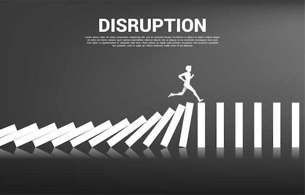 存続するビジネスの混乱。ドミノ崩壊から走っているビジネスマンのシルエット。ビジネス産業の概念は混乱します