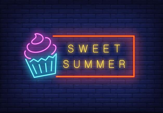 아이스크림 프레임에 달콤한 여름 네온 텍스트입니다. 계절별 제안 또는 판매 광고