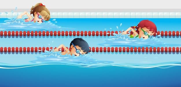 수영장에서 경주하는 수영 선수들