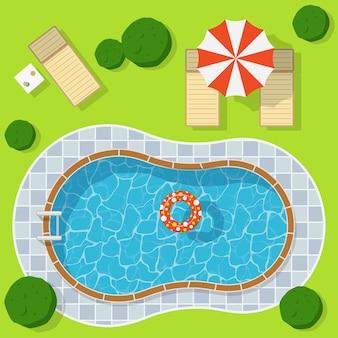 우산과 의자 라운지와 녹색 초원에 수영장. 푸른 물 레저 휴식 휴일