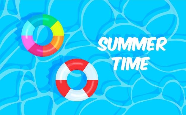 다채로운 구명 부표가 있는 수영장 여름 배경