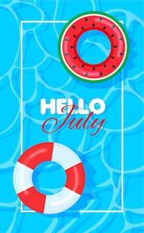 カラフルな救命浮環のあるプールの夏こんにちは7月