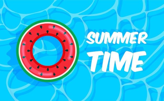 スイカの救命浮輪が付いているプールの夏夏の時間