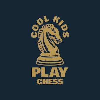 Дизайн футболки крутые дети играют в шахматы с шахматной пешкой рыцаря и темно-синим фоном винтажной иллюстрации