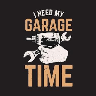 Дизайн футболки мне нужно время в гараже с электрической отверткой, гаечным ключом и винтажной иллюстрацией на черном фоне
