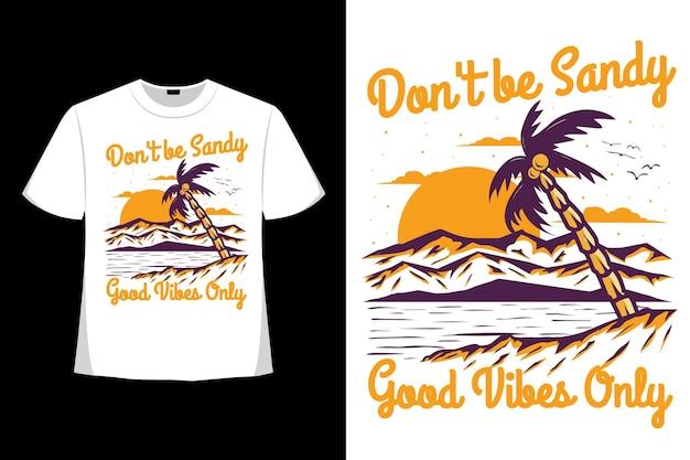 모래 느낌이 나지 않는 해변 산 스타일의 손으로 그린 빈티지 일러스트레이션의 티셔츠 디자인