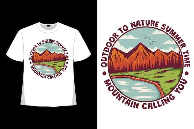 レトロなスタイルで描かれた、屋外の自然の夏の時間の山が手を呼ぶtシャツ