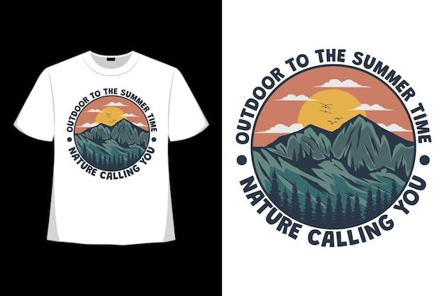 レトロなスタイルで描かれた山の手を呼ぶ夏の屋外の自然のtシャツデザイン