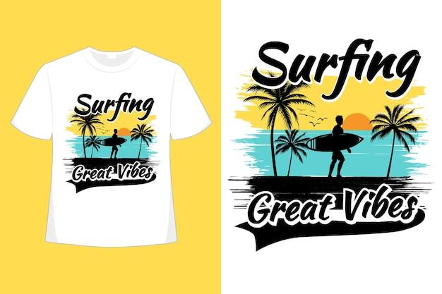 サーフィンの素晴らしい雰囲気のビーチブラシのレトロなヴィンテージイラストのtシャツのデザイン